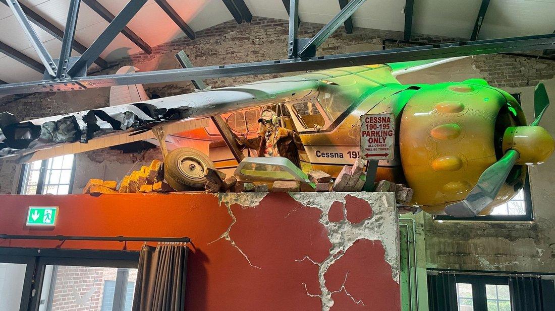 Cessna Flugzeug stürzt im Eingangsbereich der ConCello Halle ab